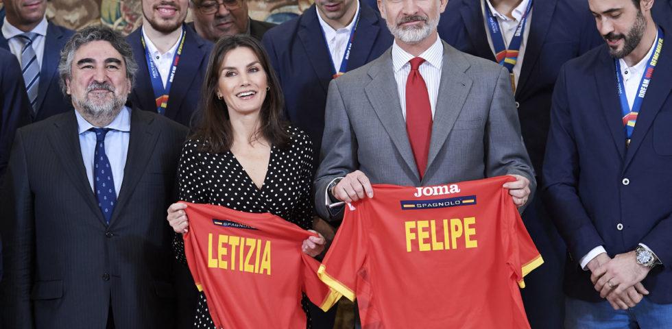 Letizia Ortiz infrange la tradizione con un abito a pois