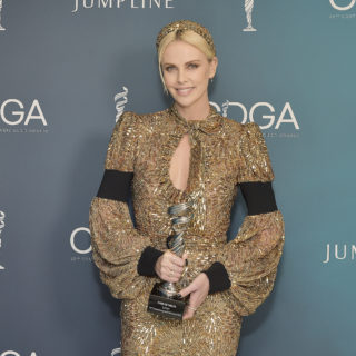 Charlize Theron, dea dorata in Louis Vuitton