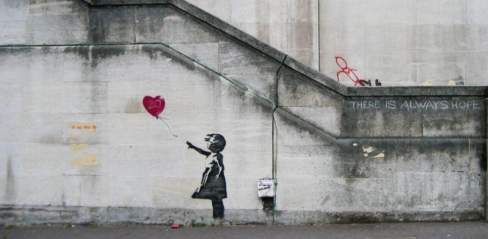 San Valentino 2020: il murales di Banksy a Bristol fa esplodere Cupido