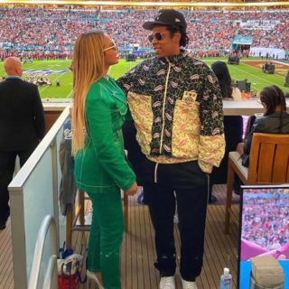 Beyoncé e Jay-Z restano seduti durante l'inno al Super Bowl