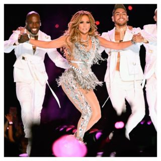 Tutto sui look Versace di Jennifer Lopez al Super Bowl