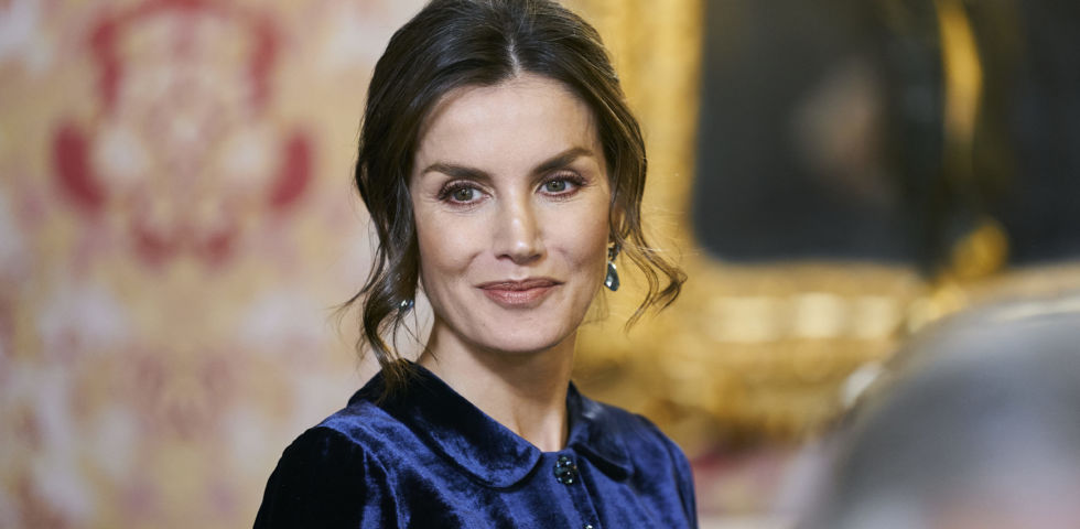 Letizia Ortiz, splendida con l'abito blu di velluto (riciclato)