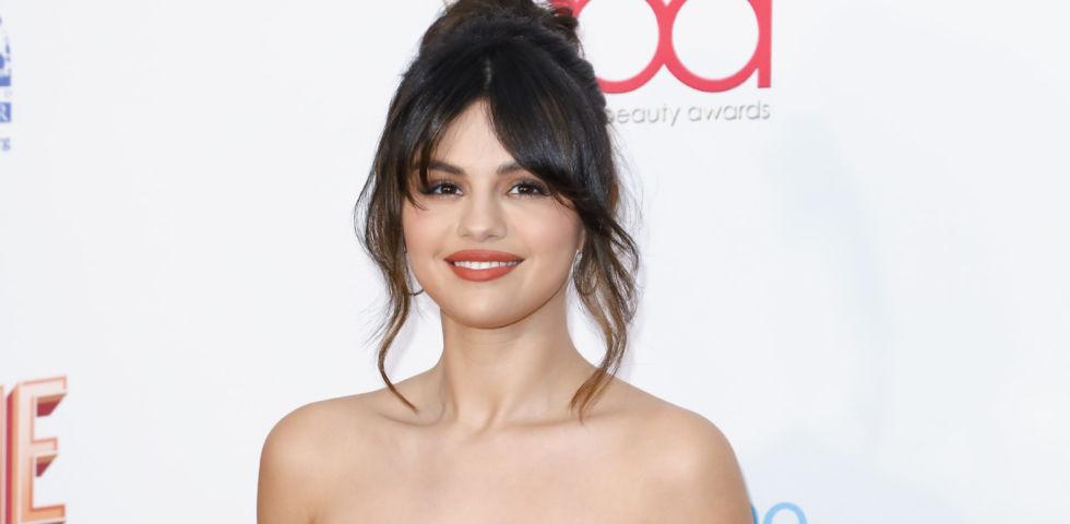 Selena Gomez cambia look e sfoggia una chioma riccia