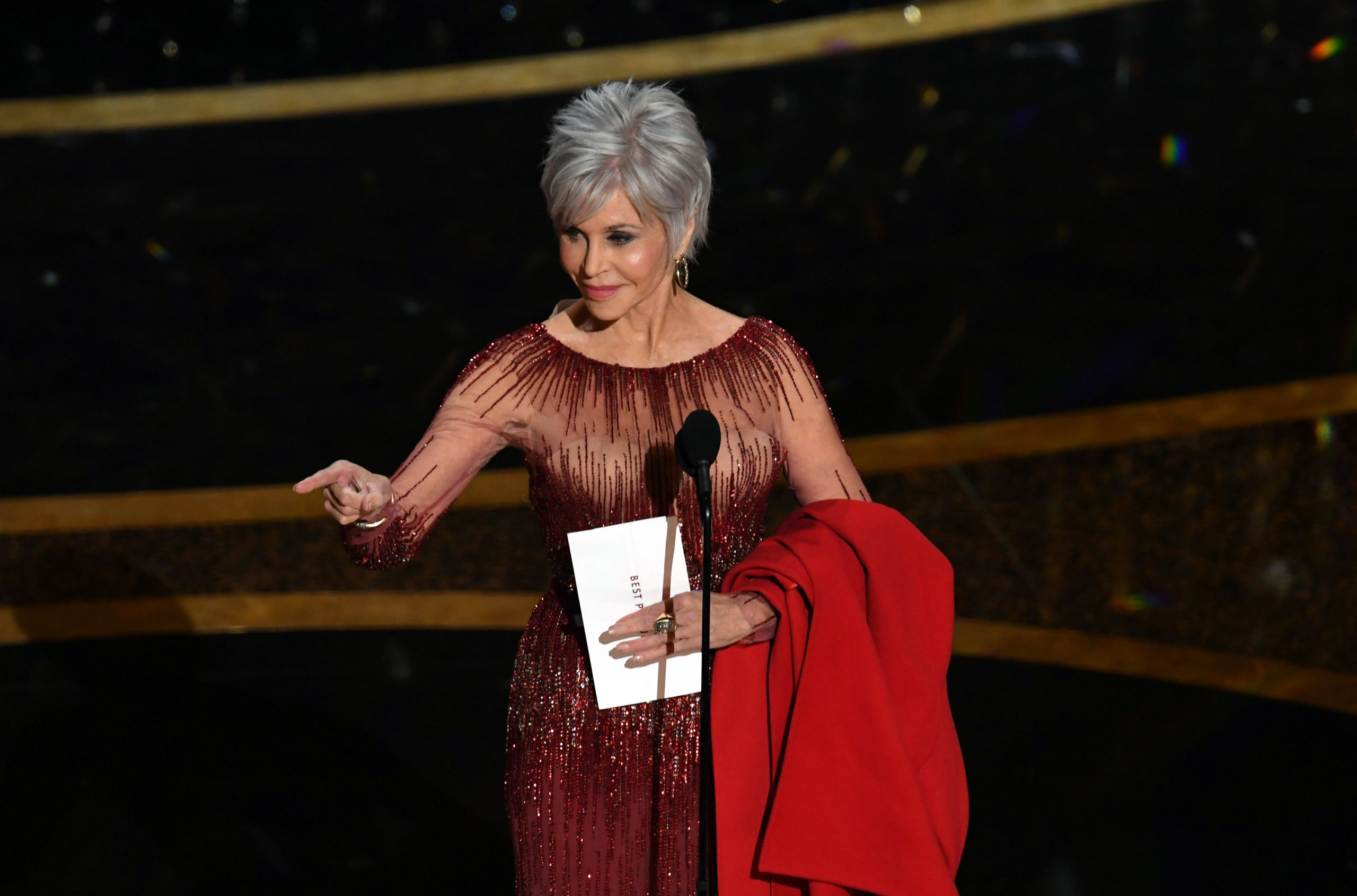 Jane Fonda agli Oscar 2020: abito riciclato e il cappotto rosso (simbolo della protesta green)