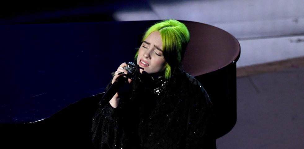 La commovente esibizione di Billie Eilish per l'In Memoriam degli Oscar 2020