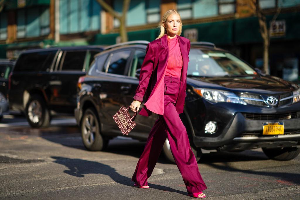 Pantaloni a zampa: a chi stanno bene e come abbinarli