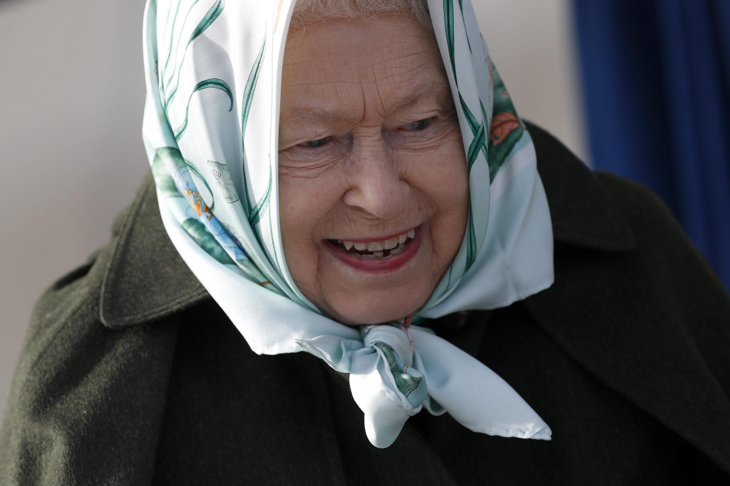 Regina Elisabetta: il suo umore spiegato dai foulard che indossa