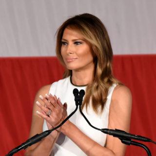 Melania Trump: look total white per ritirare un premio