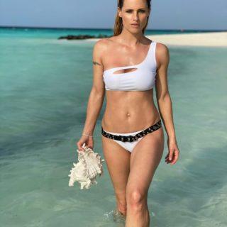 Michelle Hunzkier in bikini bianco come Ursula Andress
