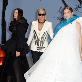 Yolanda Hadid sfila a Parigi con le figlie Bella e Gigi