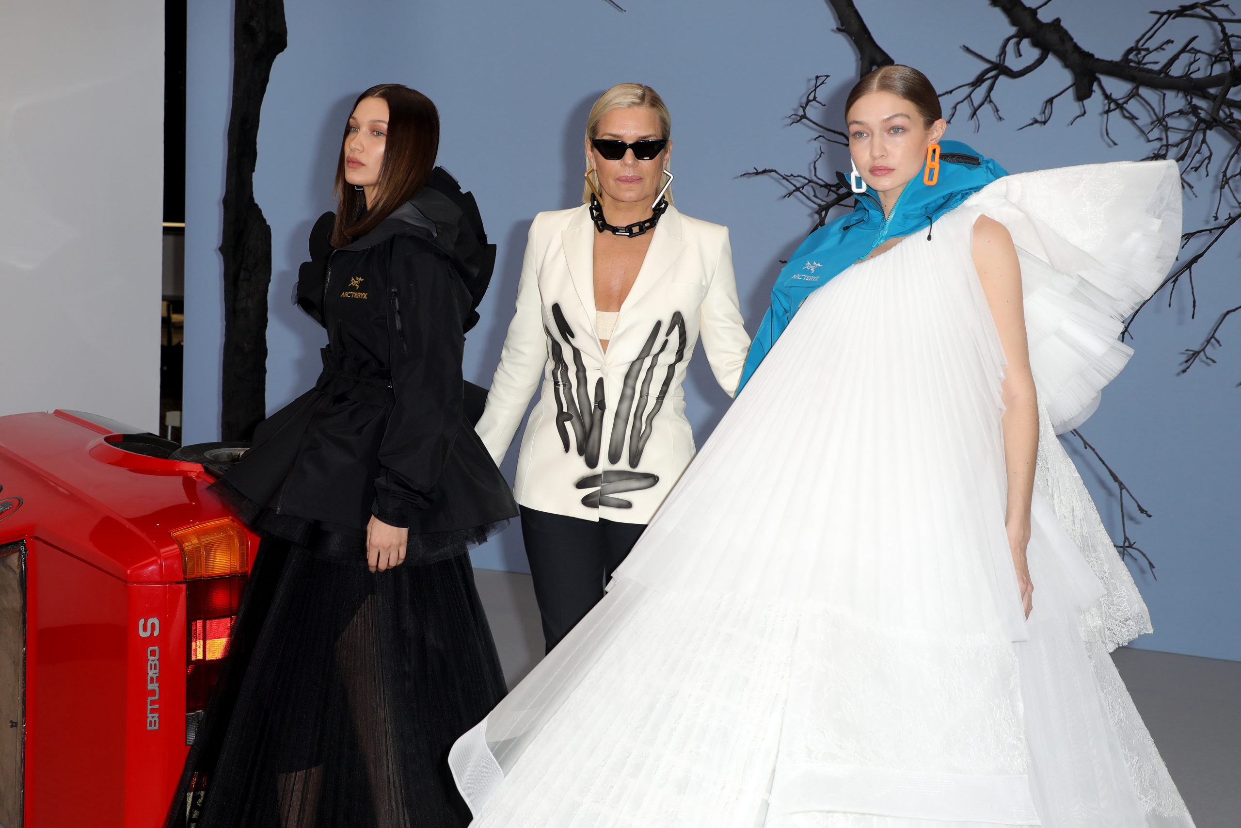 Bella e Gigi Hadid in passerella con la madre Yolanda alla Paris Fashion Week