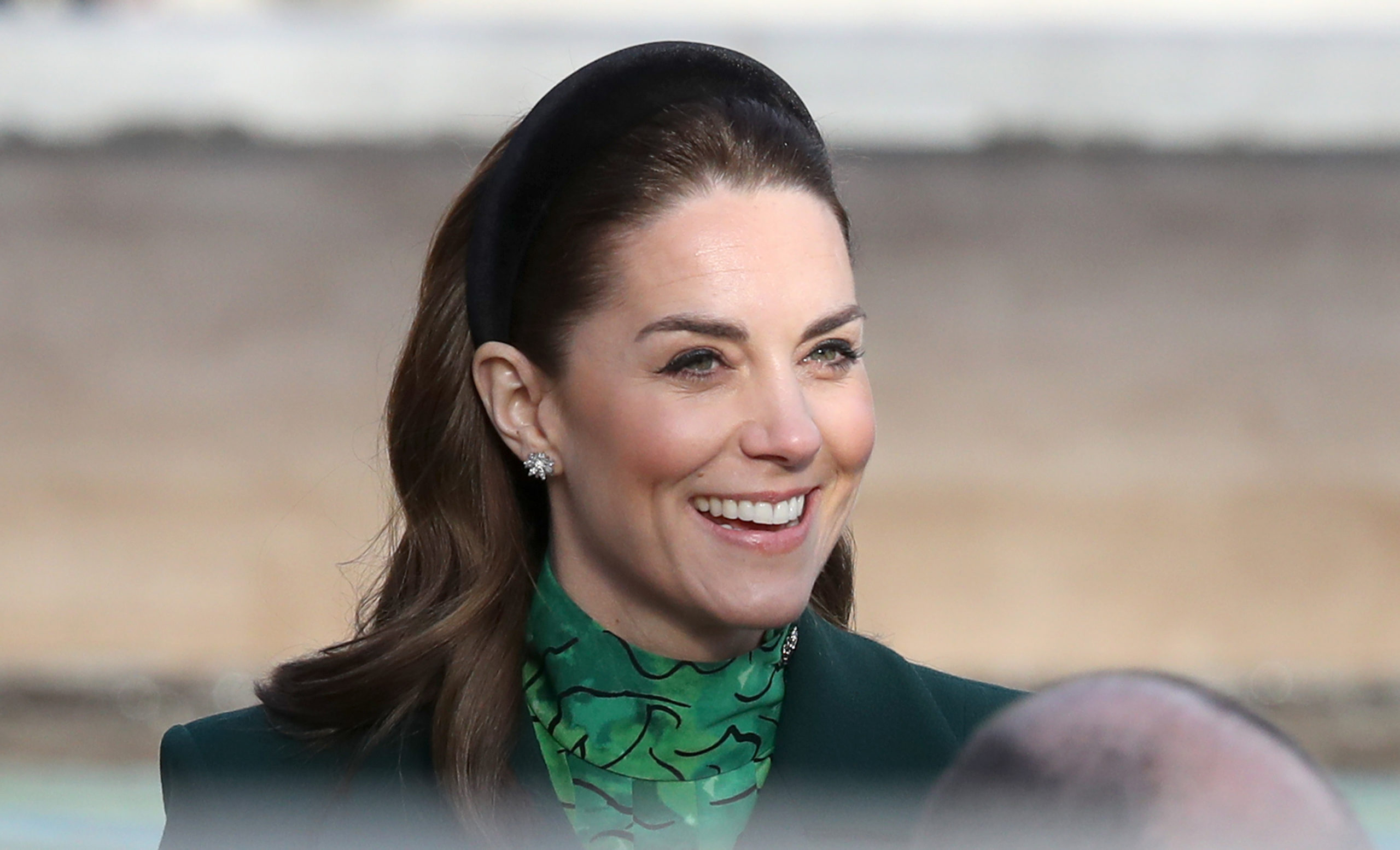 Kate Middleton inizia il tour in Irlanda con un cappotto verde di Catherine Walker