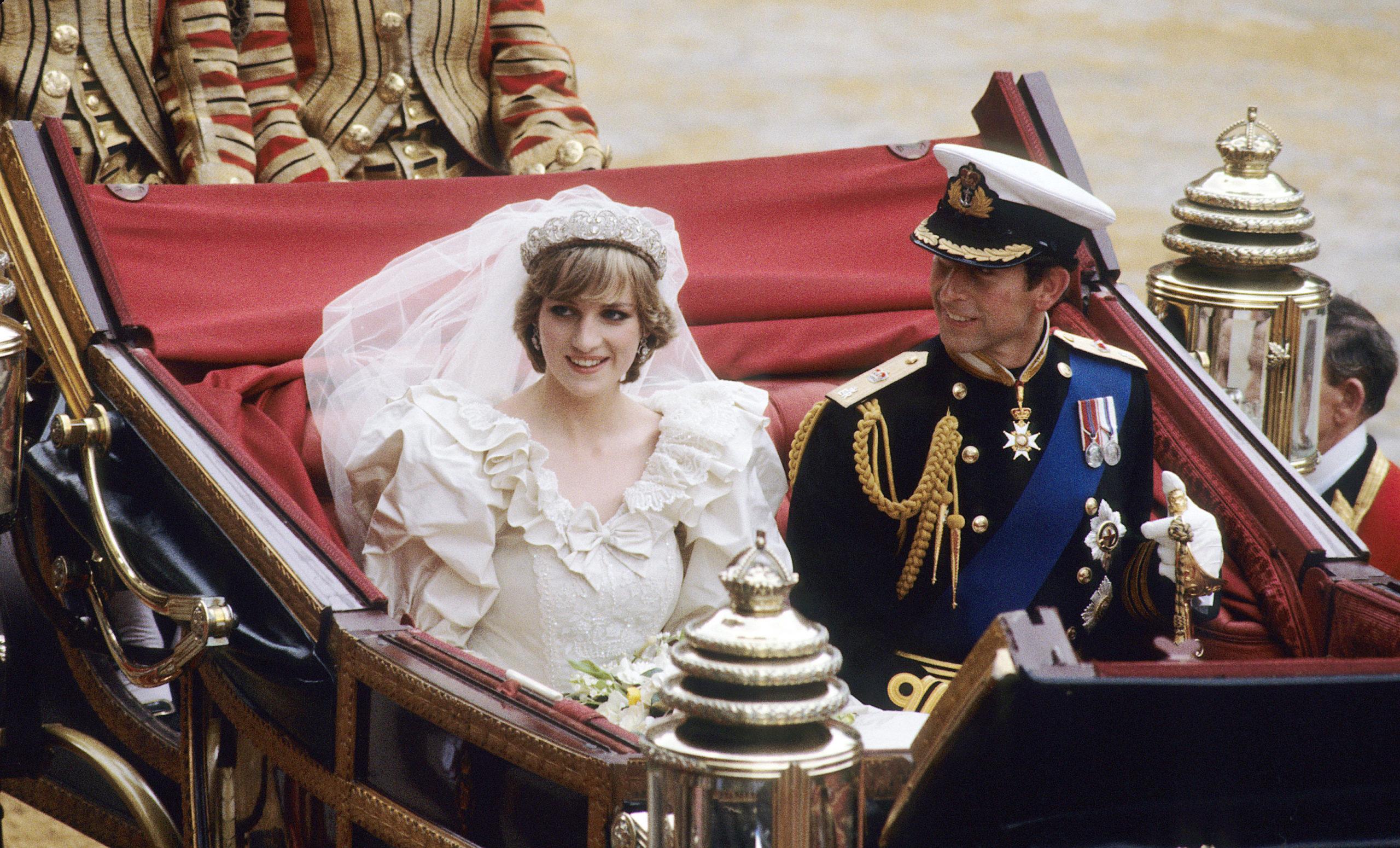 Lady Diana distratta dalla presenza di Camilla alle sue nozze con il Principe Carlo