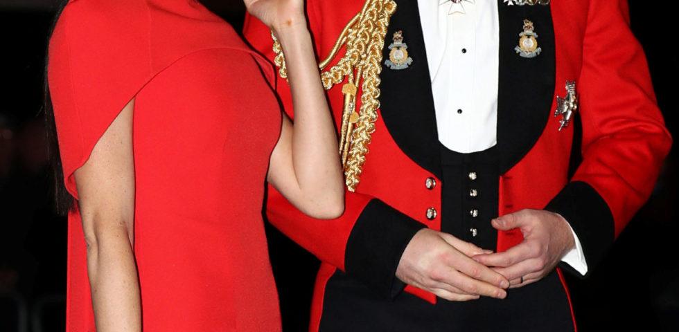 Meghan Markle e Harry: lei in rosso, lui in uniforme, conquistano tutti