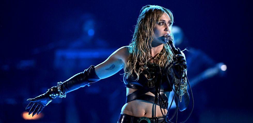 Miley Cyrus: senza trucco mentre disinfetta casa per il Coronavirus (foto)