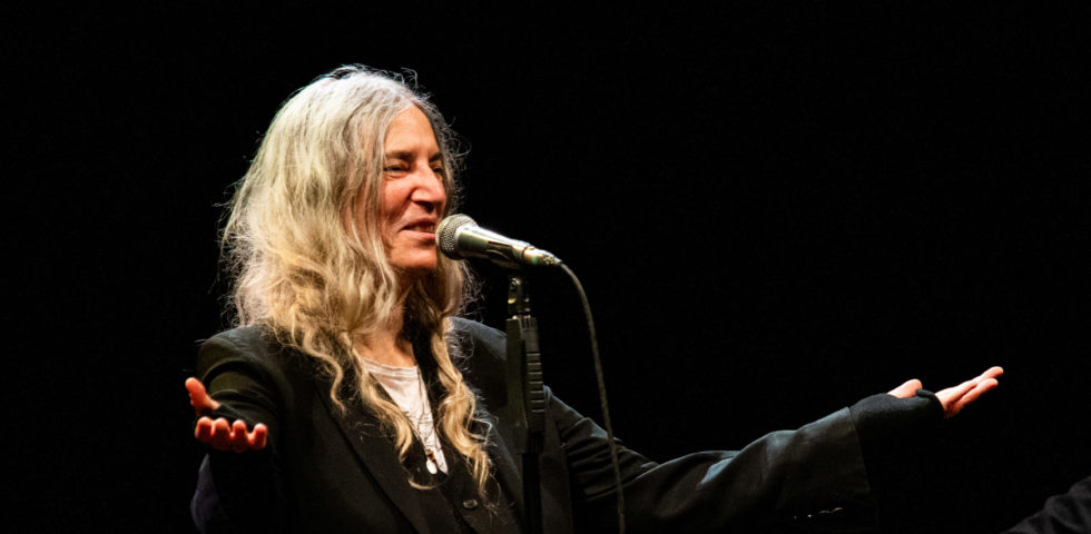 Patti Smith in diretta su Instagram dedica una canzone all'Italia