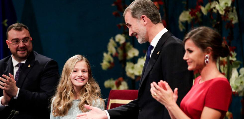 Re Felipe protegge la figlia Leonor di Spagna dalle azioni di Re Juan Carlos