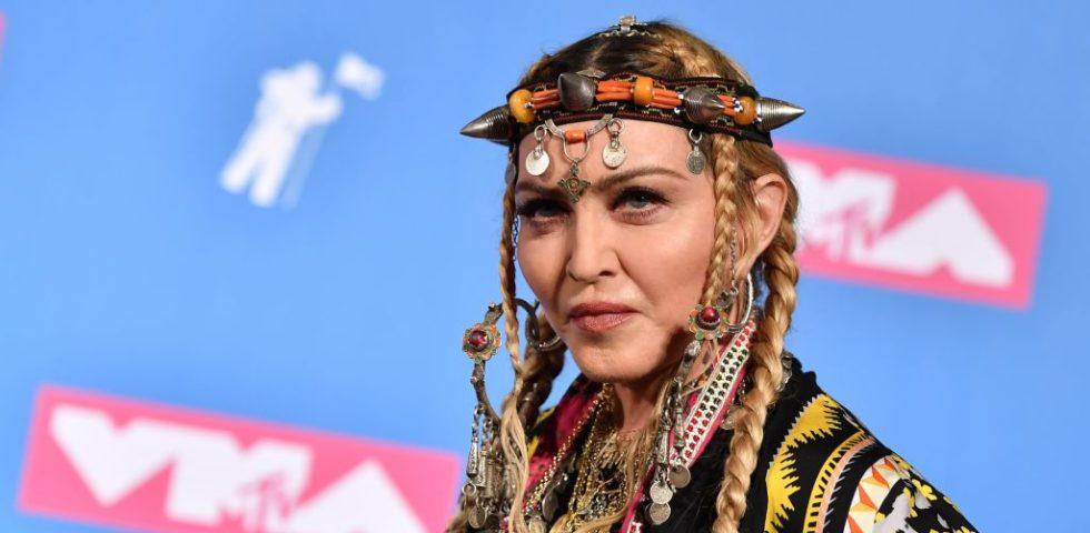 Madonna nuda nella vasca da bagno fa un bizzarro discorso sul Coronavirus