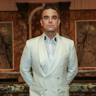 Robbie Williams torna a casa dai figli: il commovente video