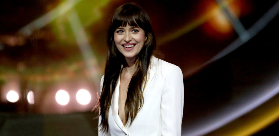 Dakota Johnson in quarantena con il fidanzato Chris Martin (video)