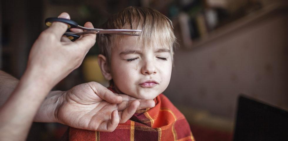 Come tagliare i capelli in casa a un bambino, i consigli del parrucchiere
