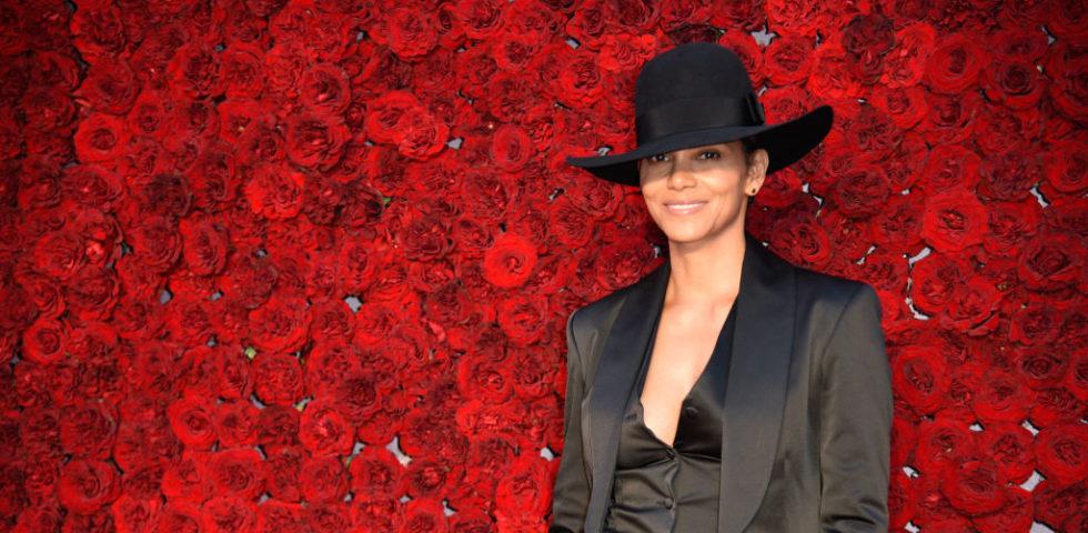 Halle Berry racconta come Pierce Brosnan l'ha salvata dal soffocamento sul set