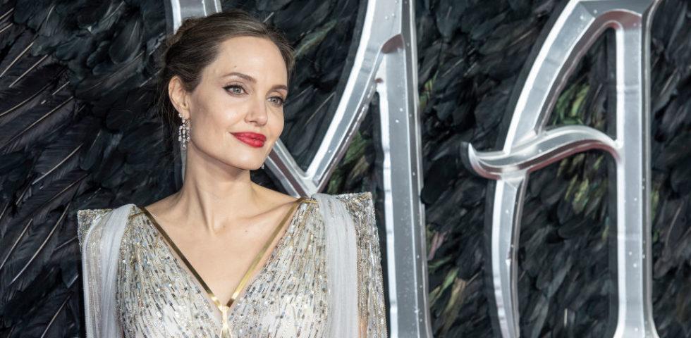 Angelina Jolie ricorda la madre morta di cancro ovarico