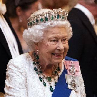 Il significato delle due spille della Regina Elisabetta