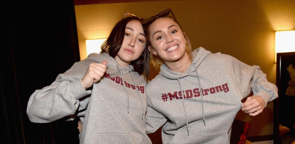 Noah Cyrus confessa di aver vissuto nell'ombra della sorella Miley Cyrus