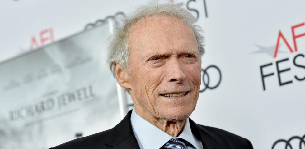 Clint Eastwood compie 90 anni: film da regista e attore, figli, moglie e patrimonio