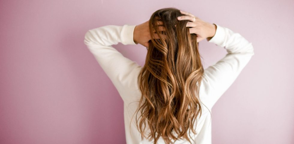 Caduta dei capelli nelle donne: cause, rimedi, quando preoccuparsi e prodotti