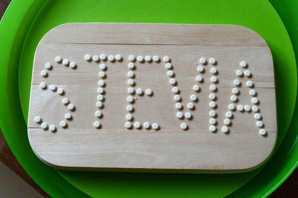 Stevia, benefici e controindicazioni del dolcificante