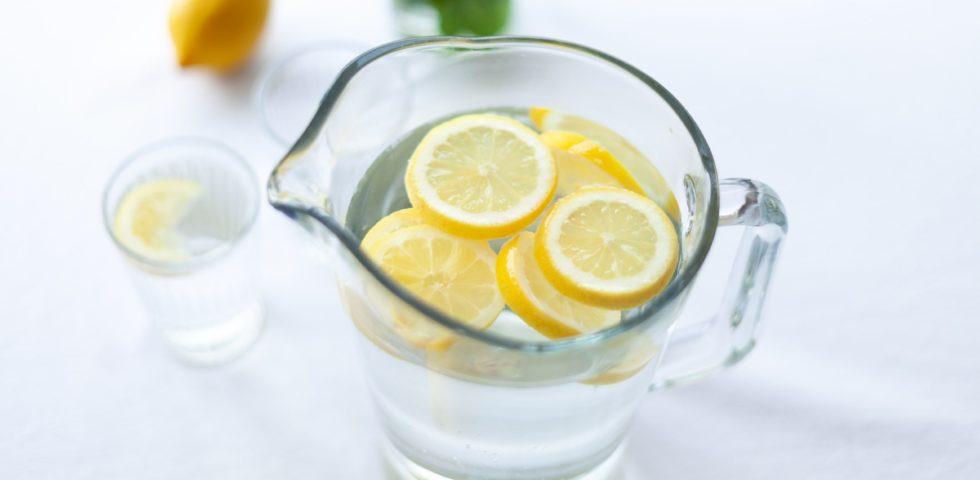 Acqua aromatizzata: ricette fresche, drenanti e anti calura