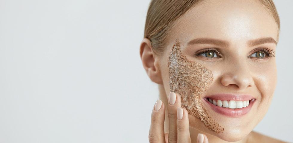 Esfoliante viso: a cosa serve e quali sono i migliori