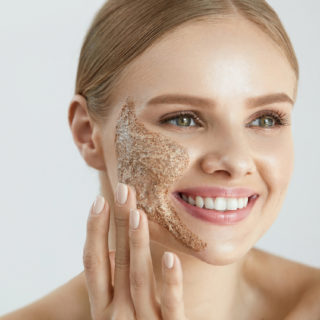 Come rinnovare la pelle con i migliori scrub per il viso