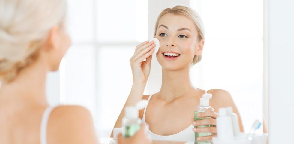 Tonico viso: a cosa serve, quando si usa e i prodotti con il miglior Inci
