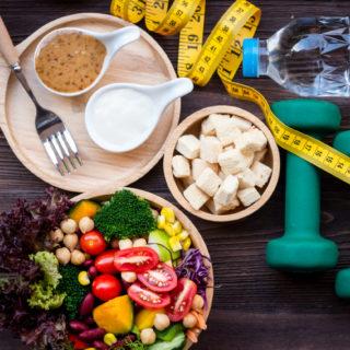 Dieta per sgonfiarsi: buone abitudini a tavola (e non solo)