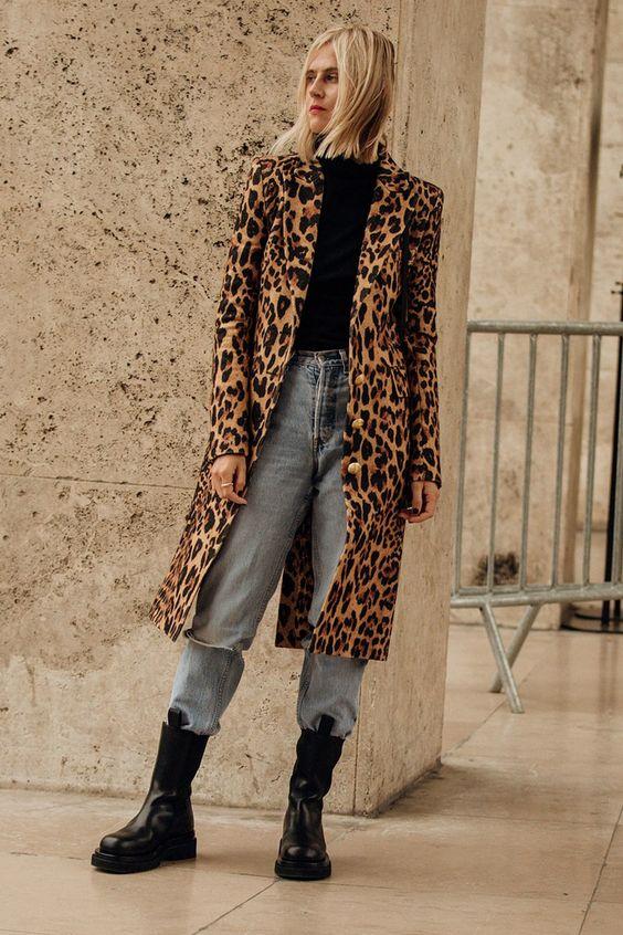anfibi, cappotto animalier e jeans