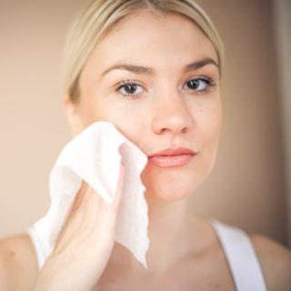 Salviette struccanti: perché fanno (davvero) male alla pelle