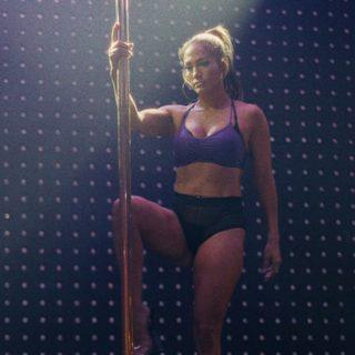 Effetto Ferragni o JLo? Tutti in forma con la pole dance