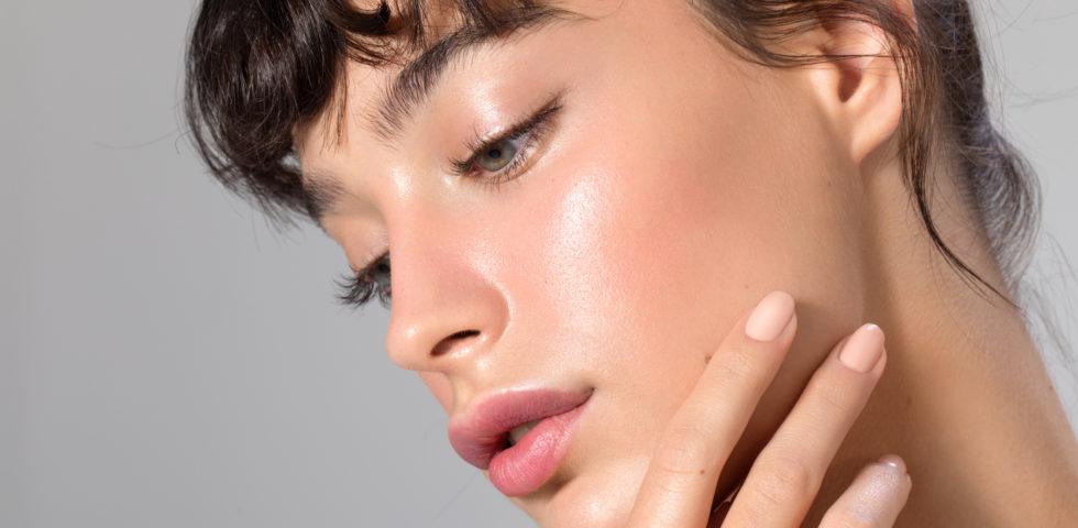 Stop al viso lucido: rimedi e consigli per scegliere i prodotti