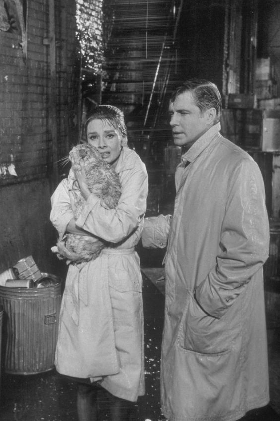 audrey heAudrey Hepburn indissa il trenc coat nel film Colazione da Tiffanypburn breakfast at tiffanys trench coat
