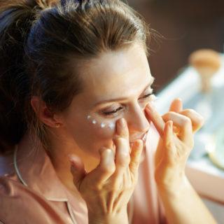 Sgonfiante e anti occhiaie: il contorno occhi alla caffeina