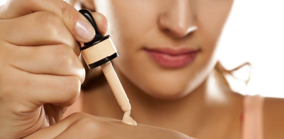 Fondotinta per pelle grassa? I consigli di dermatologi e make-up artist