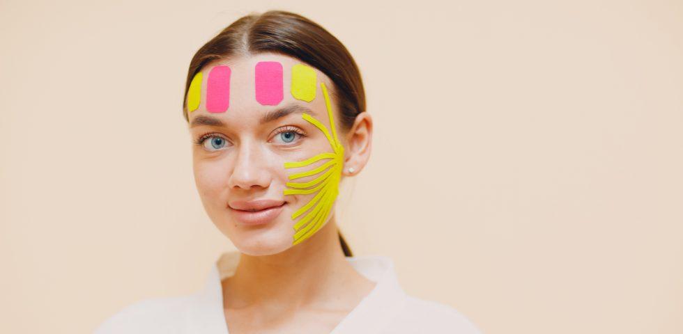 Cos'è il face taping, tutto sul cerotto antirughe