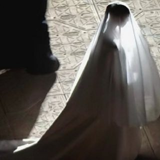 Kim Kardashian vestita da sposa per Kanye West: sì, ma è per il nuovo album