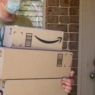 Amazon: Prova Prima, Paga Poi, sette giorni per scegliere quali abiti tenere