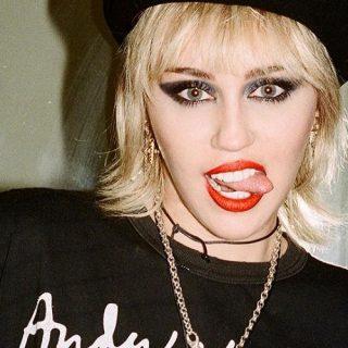 """Miley Cyrus in topless e lingerie su Interview Magazine: """"Sono una rockstar!"""""""