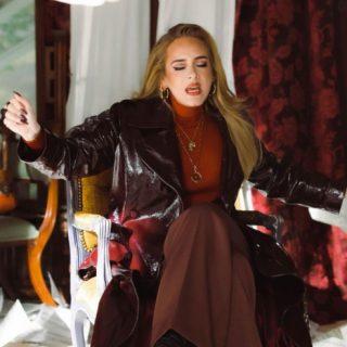 Dark nails, la manicure di tendenza amata da Adele