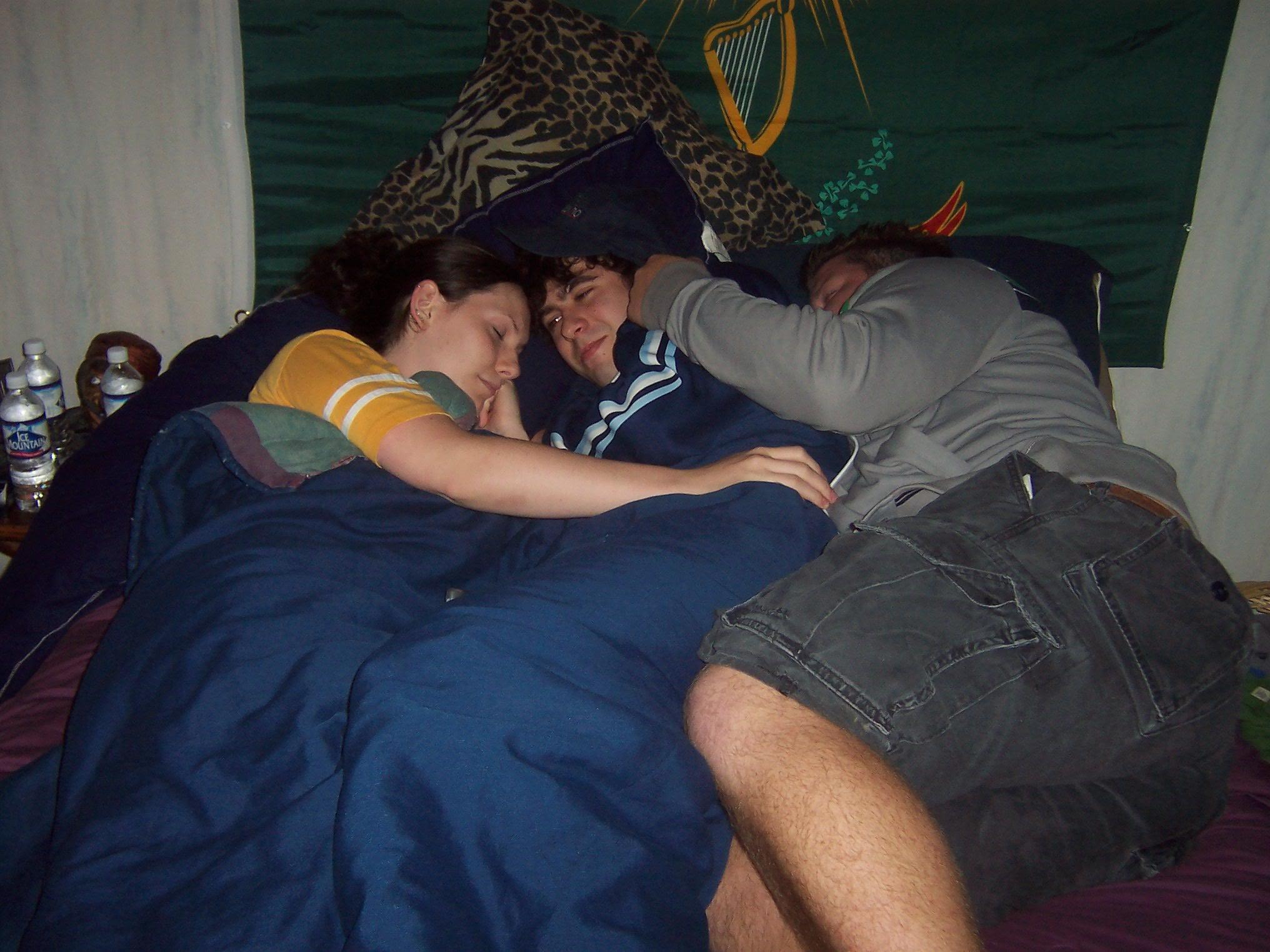 Cuddle party abbracciarsi e fare sesso con sconosciuti - Fare sesso nel letto ...